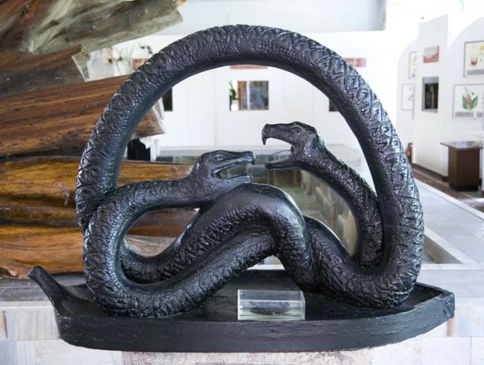 """Скульптура  """"Две змеи """""""